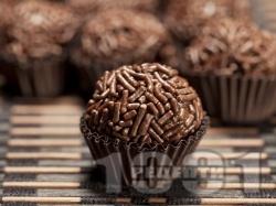 Домашни шоколадови бонбони Таралежки с черен шоколад в хартиени кошнички - снимка на рецептата